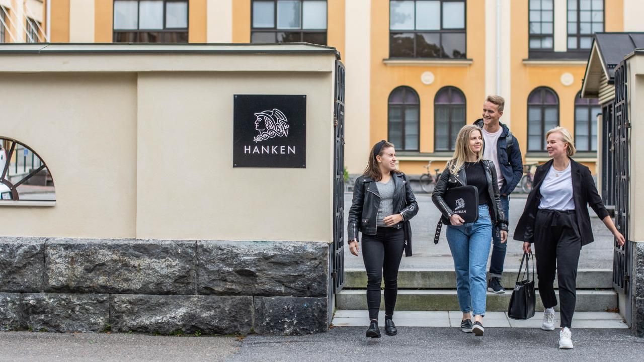 Students exiting Hanken Vasa