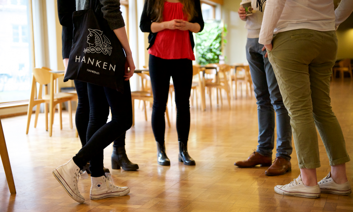 Hanken students in foyer
