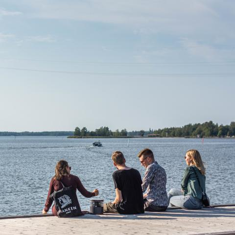 Hanken students sitting by the sea